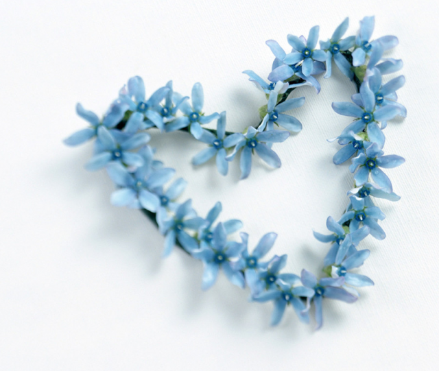 Heart shape valentine flowers with blue flwoers.PNG