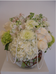 Short white and ivory centerpiece with pearl.PNG