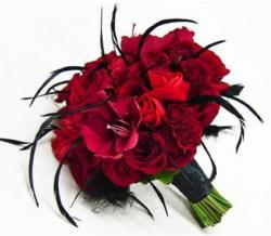 Red roses with black feathers punk wedding bouquet pictures.JPG