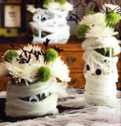 Fun Halloween table decoration idea with mummy Halloween flower centerpieces with green flowers and white flowers.JPG