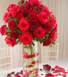 Romantic wedding centerpiece with beuatiful red roses