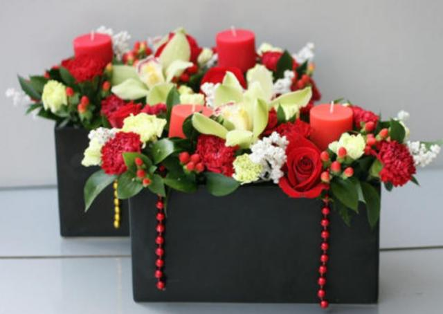 Trendy wedding arrangements with red and cream colors