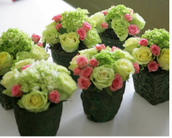 Small fresh floral centerpiece for wedding pictures.PNG