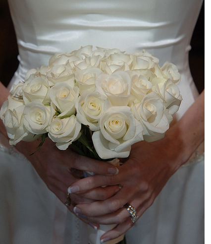 Simple white roses trendy bride bouquet pictures.PNG