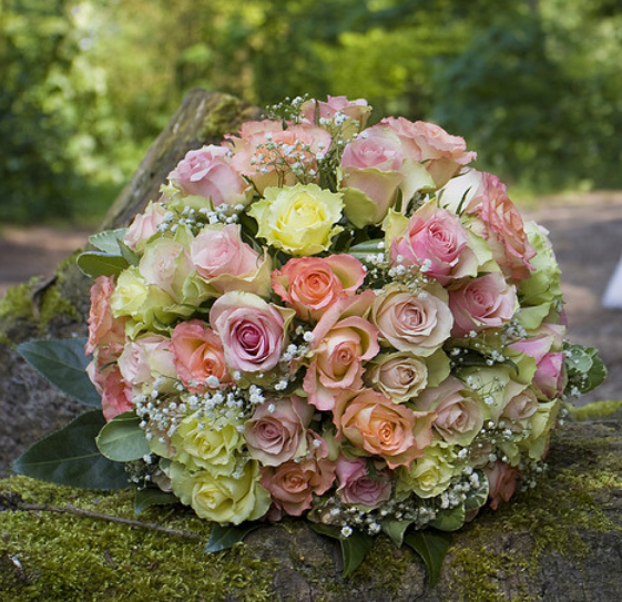 Big wedding bouquet with small flowers in different colors png for What makes flowers different colors
