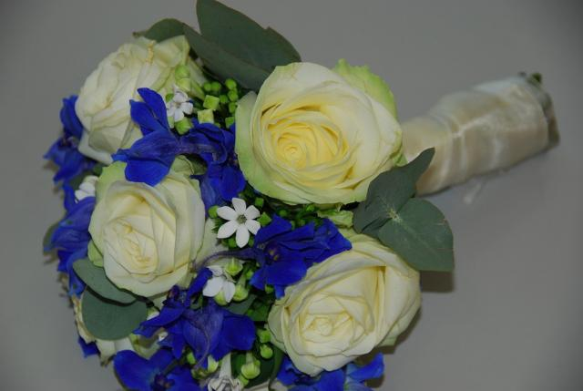 Fashion brides bouquet with cream roses white and blue for White and blue flower bouquet